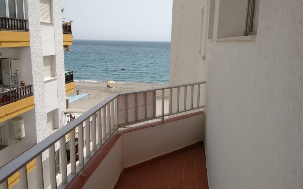Bright and beachfront apartment in paseo de la Herradura for sale