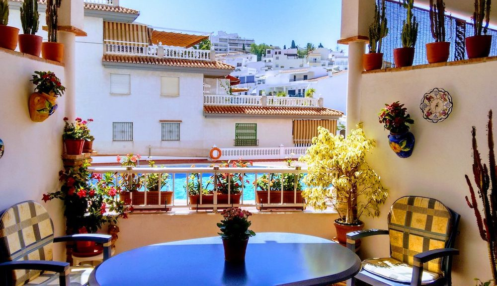 Large and lovely Apartment with internal patio, a terrace and pool for sale in La Herradura
