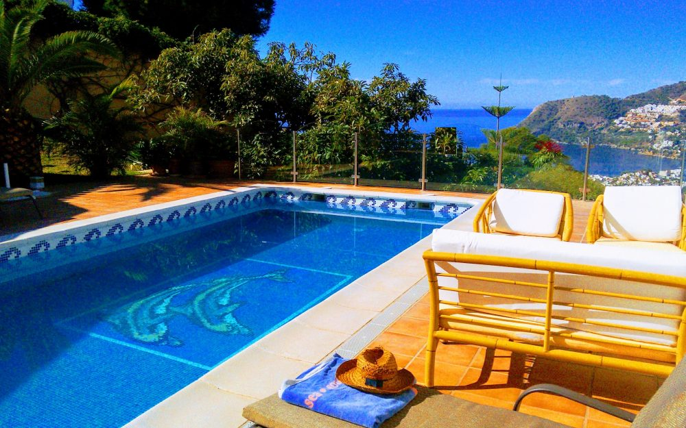 Luxurious villa with separate apartment and beautiful plot with sea views for sale in La Herradura