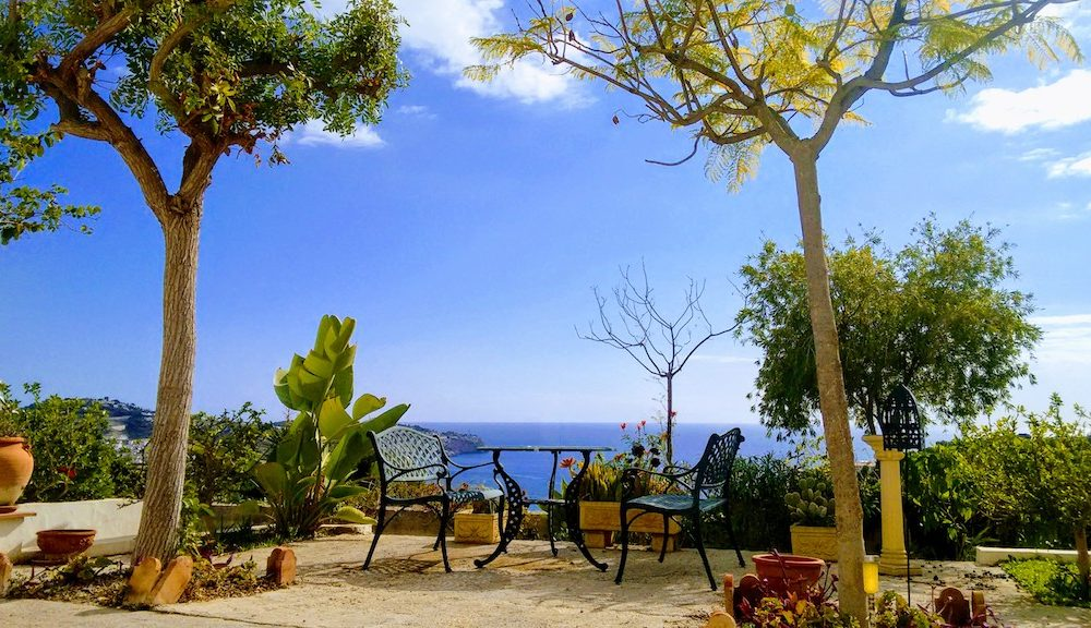 Villa with lots of charm and great plot in the urbanization San Antonio La Herradura for sale