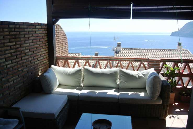 Large and sunny semi-detached house walking distance to the beach La Herradura for sale