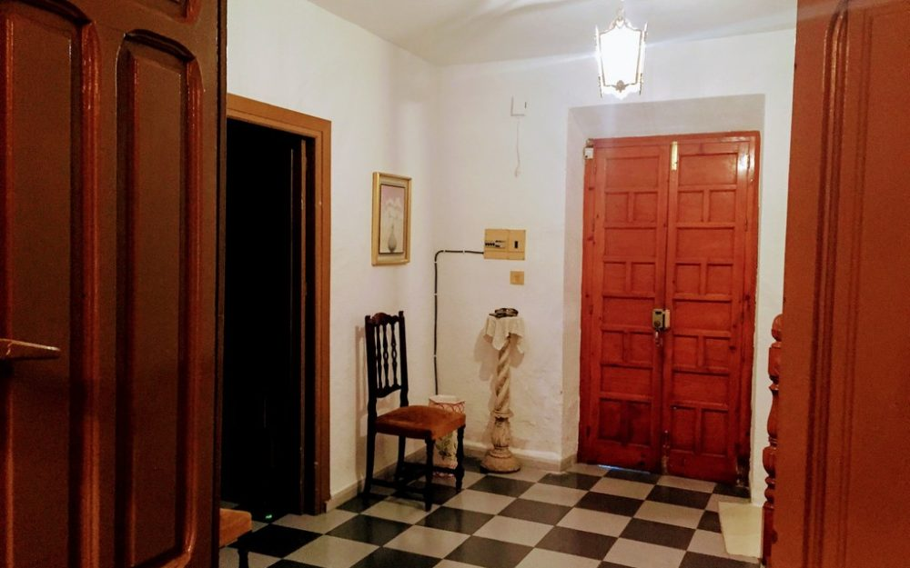Huge and typical semi detached house close to the historical center of Salobreña