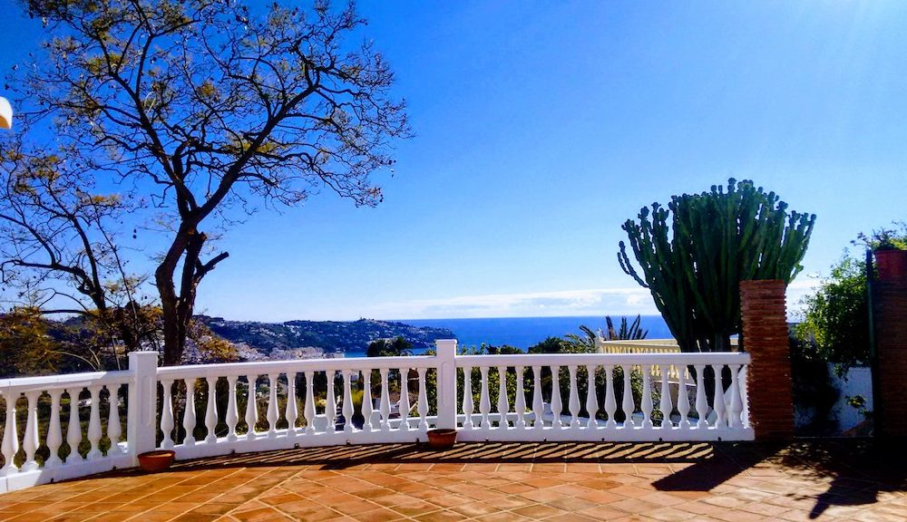 Beautiful villa for sale completely renovated on the very popular urbanization of San Antonio la Herradura
