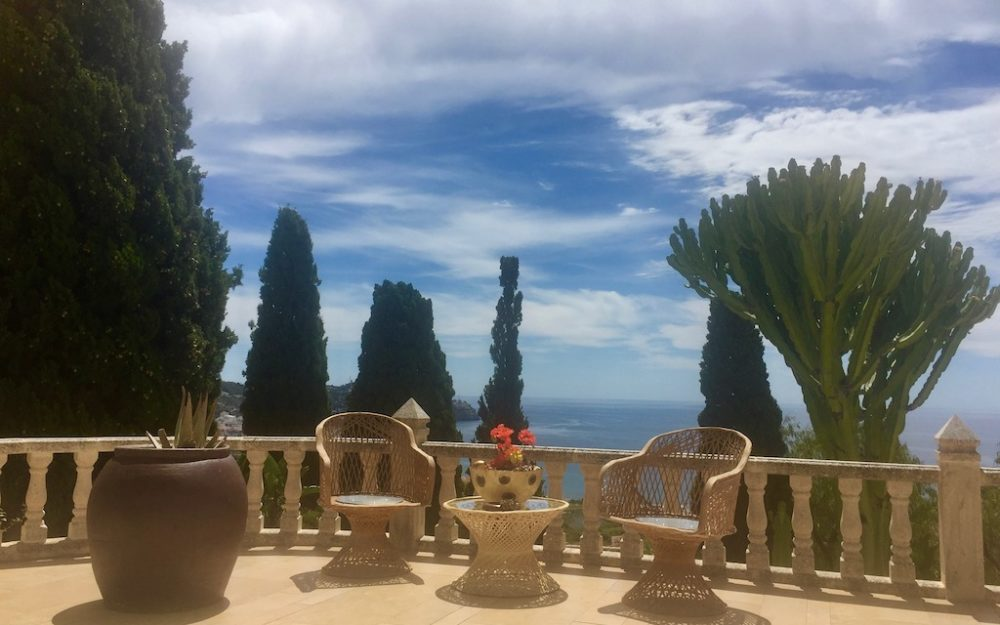 Beautiful house with exceptional sea views in urbanization San Antonio La Herradura for sale