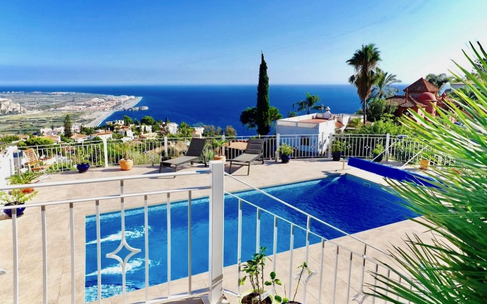 Fantastic charming villa in the prestigious urbanization Monte de los Almendros with stunning views over the sea for sale