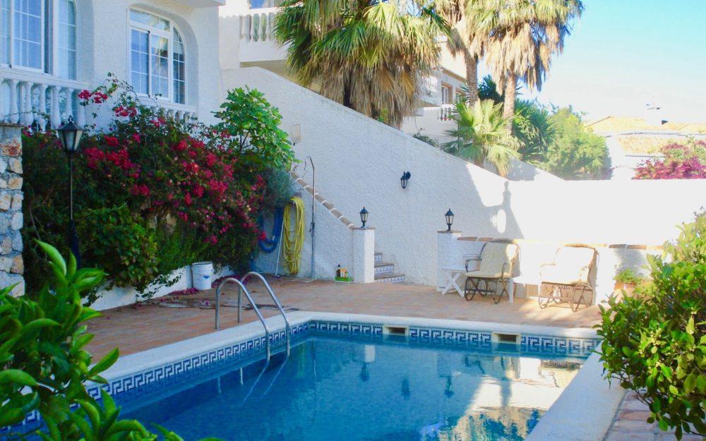 Superbe villa située dans la prestigieuse urbanisation Punta de la Mona, surplombant la montagne et La Herradura