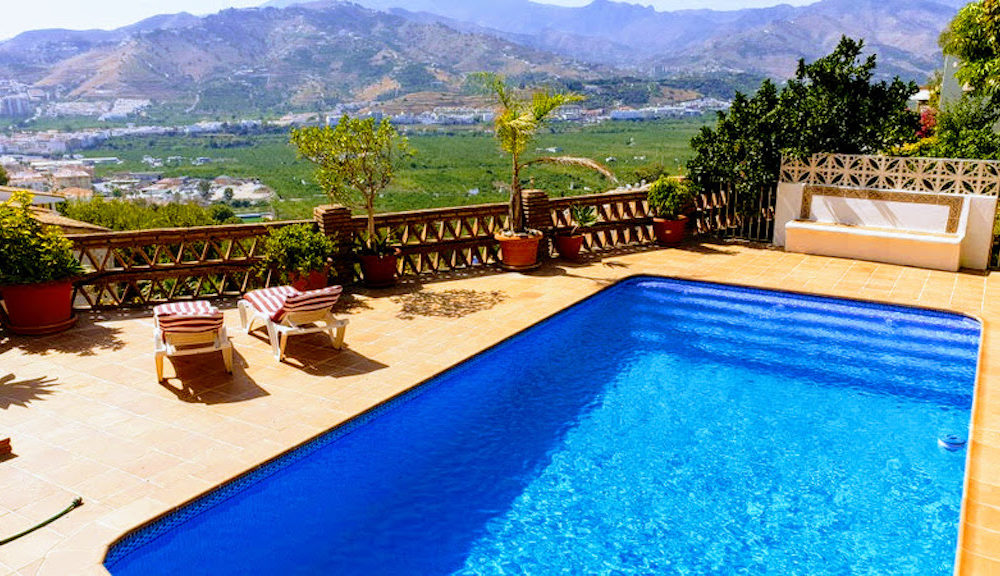 Magnificent villa located in the prestigious urbanization Los Pinos Almuñécar with mountain and sea views for sale