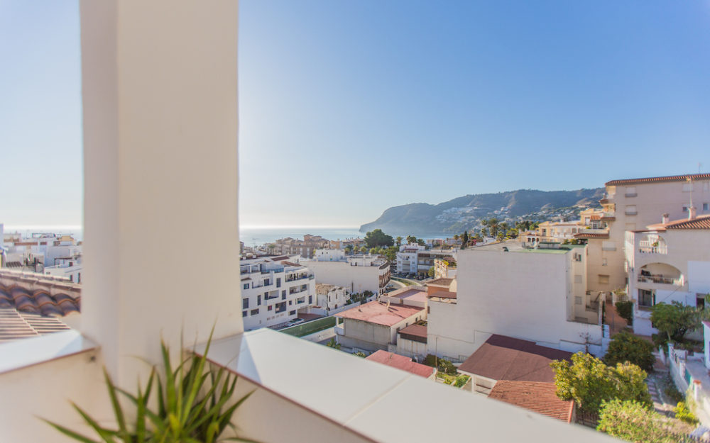 Bright penthouse with stunning sea and mountain views in La Herradura for sale