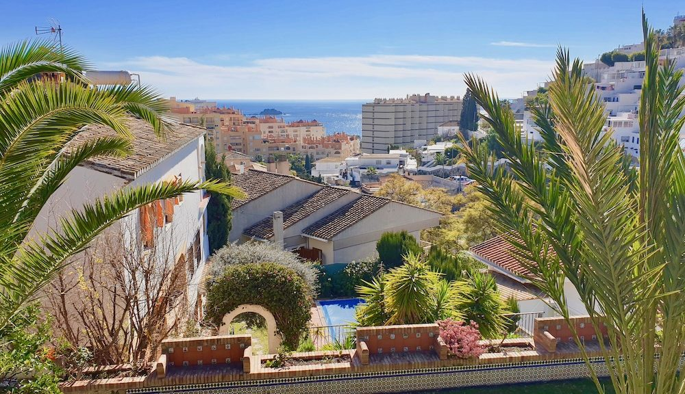 Beautiful charming house with swimming pool in a quiet place with sea views in Cotobro Almuñécar for sale