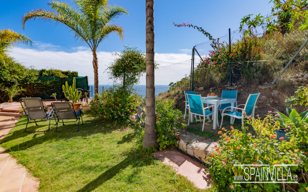 Beautiful house with garden sea and mountain view in La Herradura for sale.