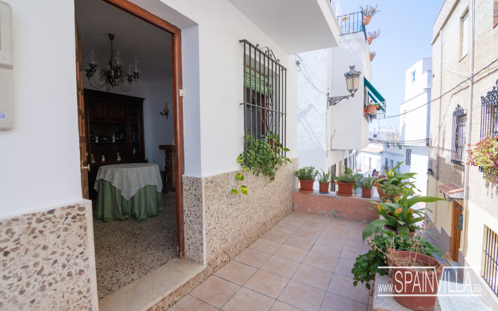 Lovely and spacious village house in good condition 5 minutes from the beach in La Herradura for sale