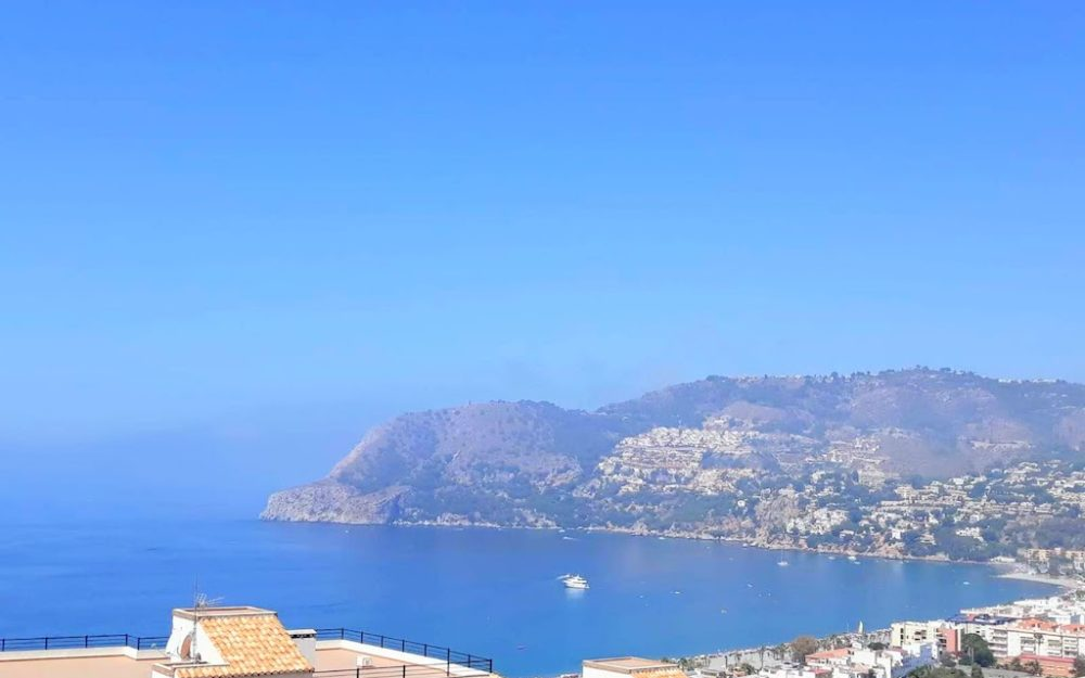 Apartment in the heights of the village of La Herradura with community swimming pool for sale