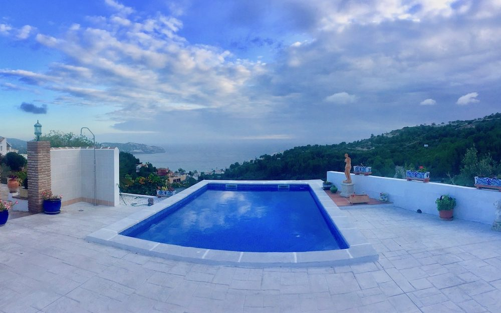 Villa with lots of charm and great plot in the urbanization San Antonio La Herradura for sale