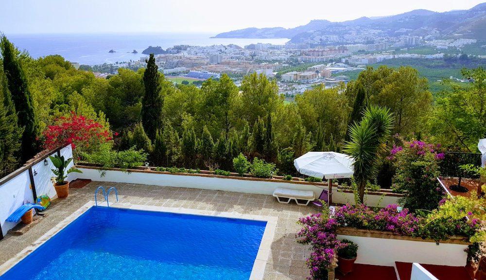 Hermosa casa en la urbanización los pinos con piscina privada y hermosas vistas de Almuñecar en venta