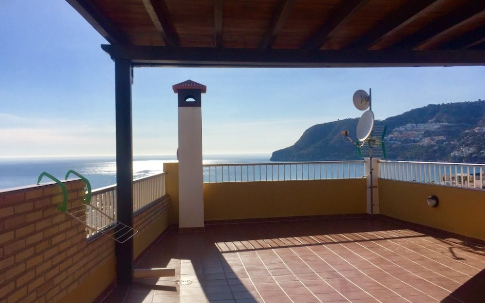 Beautiful village house with parking space and terrace with superb sea views in La Herradura for sale