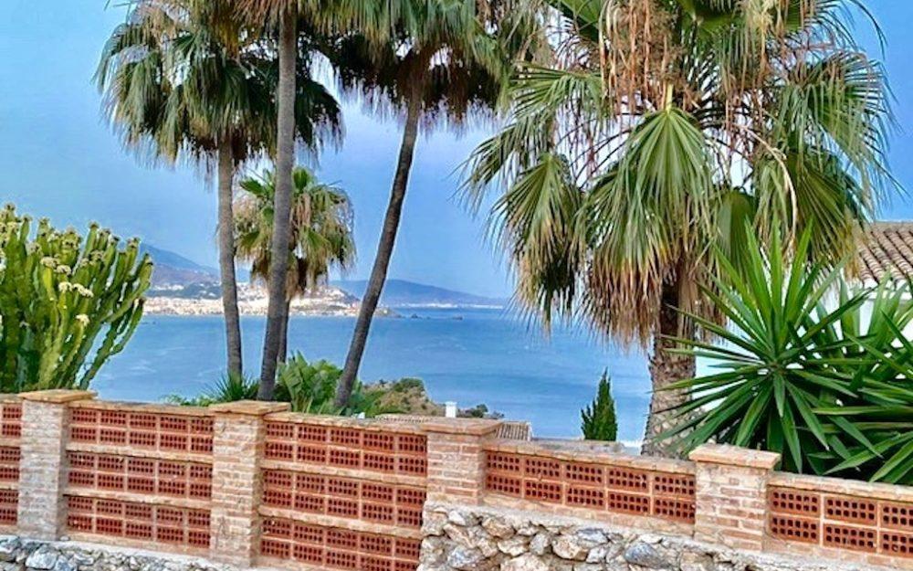 Preciosa casa con vistas al mar y a poca distancia de la playa de Marina del Este La Herradura en venta.
