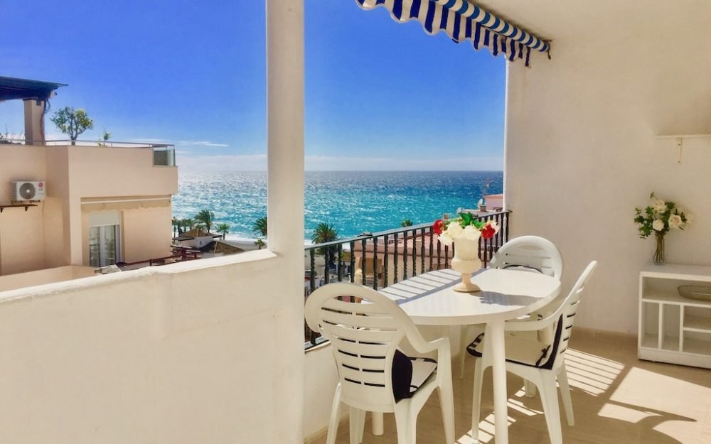 Lovely apartment with a large terrace and sea views in La Herradura for sale