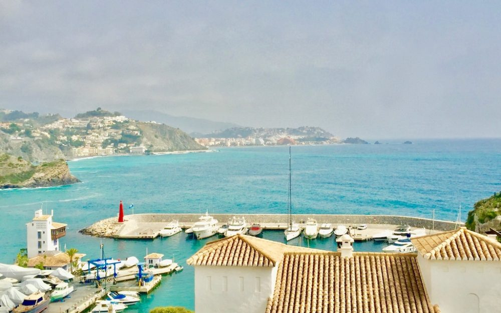 Beautiful and large apartment in Marina del Este with lovely sea views and parking for sale.