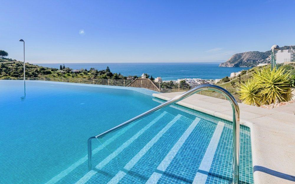 Preciosa vivienda de dos dormitorios en una urbanización prestigiosa con vistas y piscina en La Herradura