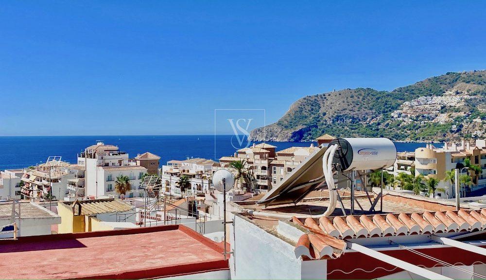 Magnífica casa de pueblo completamente reformada con bonitas vistas al pueblo y al mar La Herradura en venta
